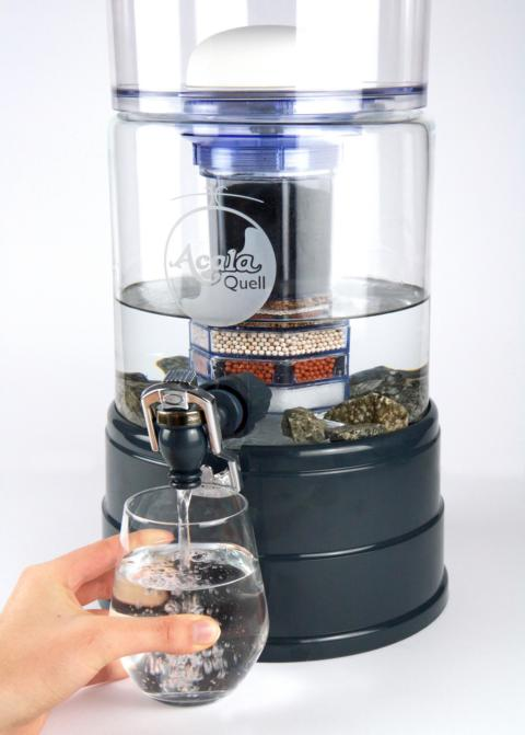 AcalaQuell® Mini: kristallklar / anthrazit + handgefertigtem Glastank  + Gravur Blume des Lebens